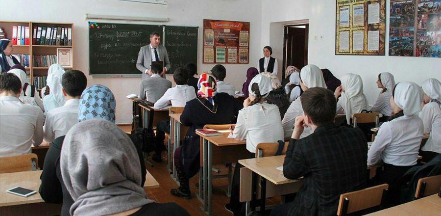 Сотрудники Минмолодежи ЧР провели профориентационную работу в школах республики