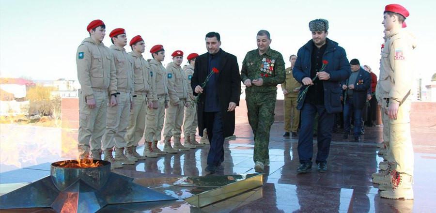 В Грозном прошла торжественная церемония возложения цветов к Вечному огню, приуроченная к 75-летию победы в Сталинградской битве